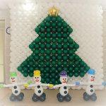 χριστουγεννιάτικο δέντρο από μπαλόνια (4)